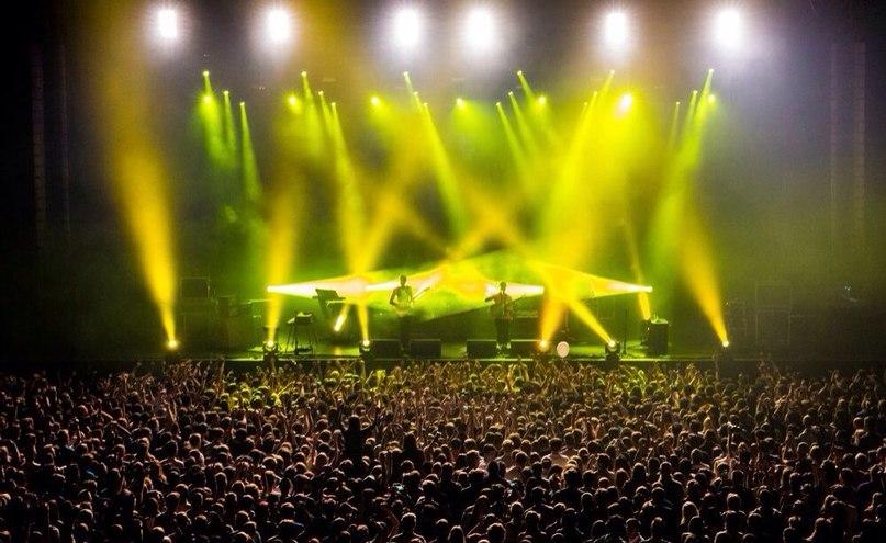 Группа Foals во время концерта в Stadium Live Топ 10 площадок для концертов Топ 10 площадок для концертов arena