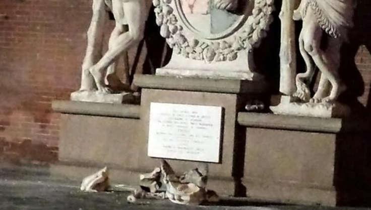 Photo of Разрушающее селфи: в Италии туристы сломали бесценную статую Разрушающее селфи: в Италии туристы сломали бесценную статую Разрушающее селфи: в Италии туристы сломали бесценную статую gerkules2