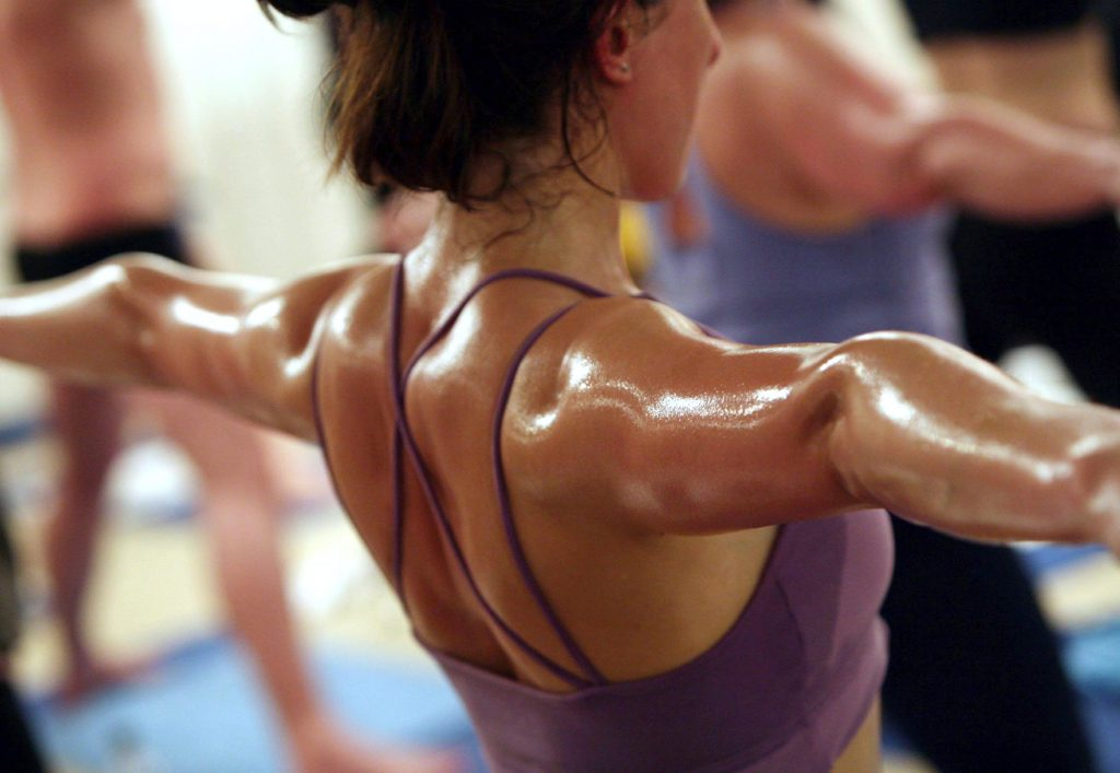 бикрам-йога How to yoga: 5 причин заняться бикрам-йогой How to yoga: 5 причин заняться бикрам-йогой Hot Yoga pros and cons 1024x707