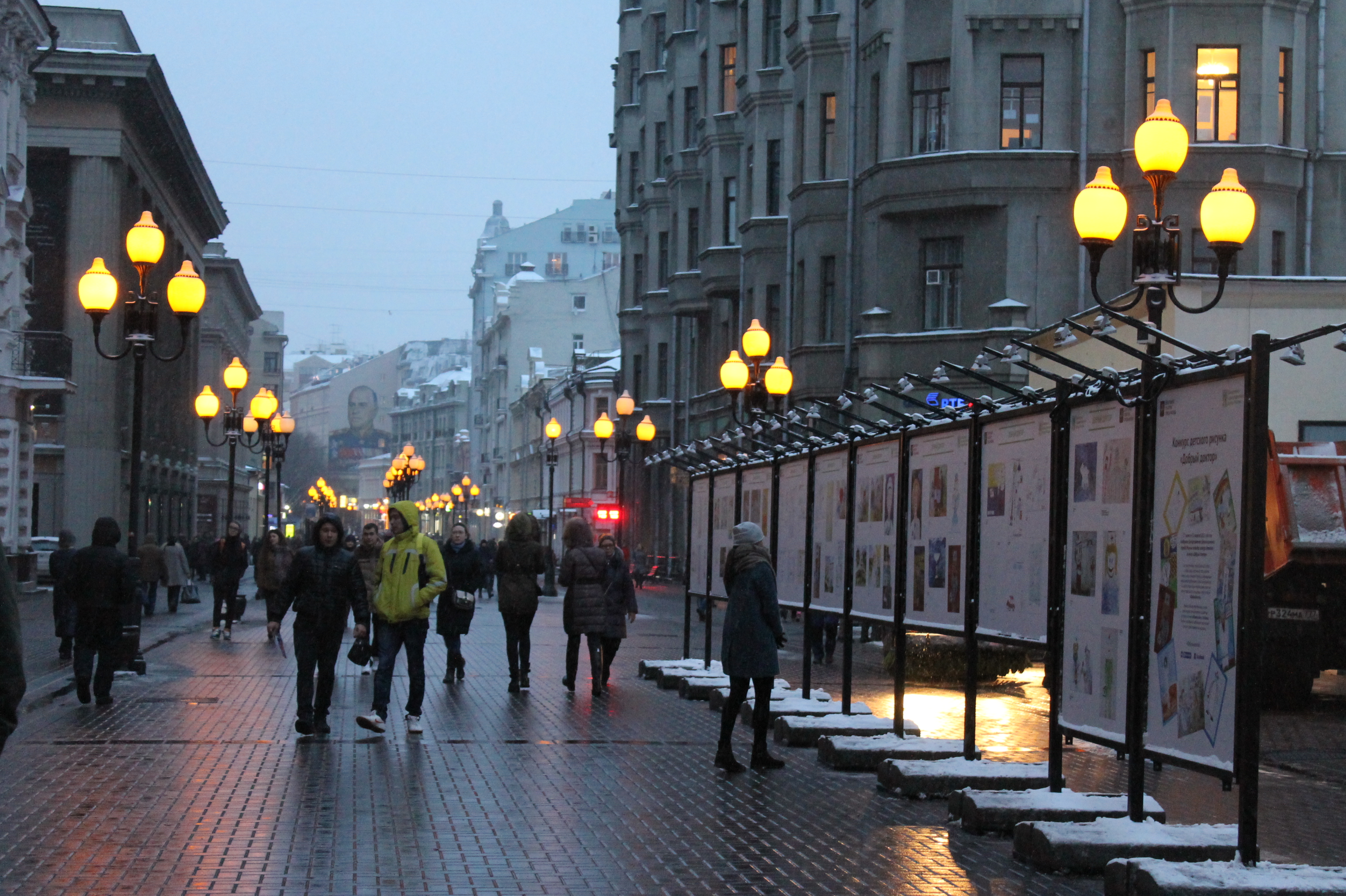 картинка люди на улице москвы туда можно лодке