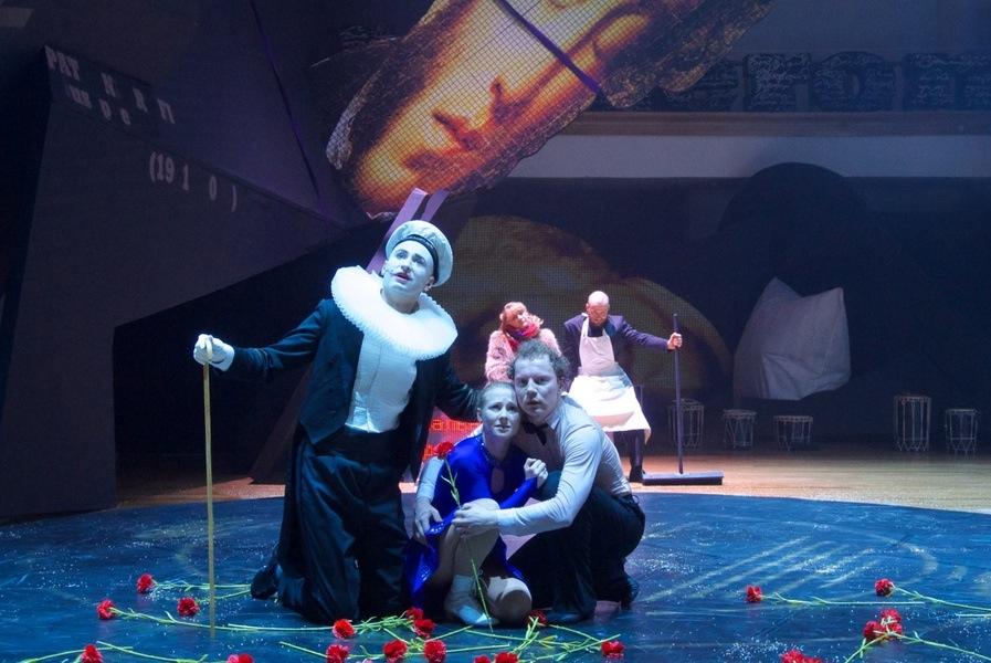 Спектакль «Демон. Вид сверху» Театральные премьеры апреля Театральные премьеры апреля image4