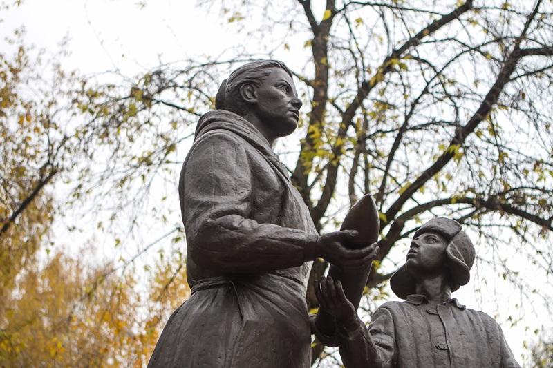 """Памятник """"Женщине и подростку, ковавшим Победу"""". эвакуация в сибирь Везём на Восток"""