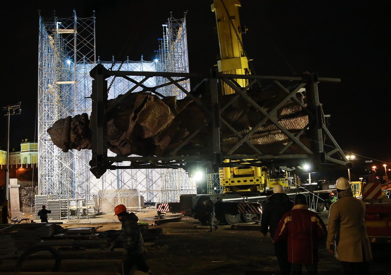 Photo of Ночью началась установка памятника князю Владимиру  Ночью началась установка памятника князю Владимиру 238901