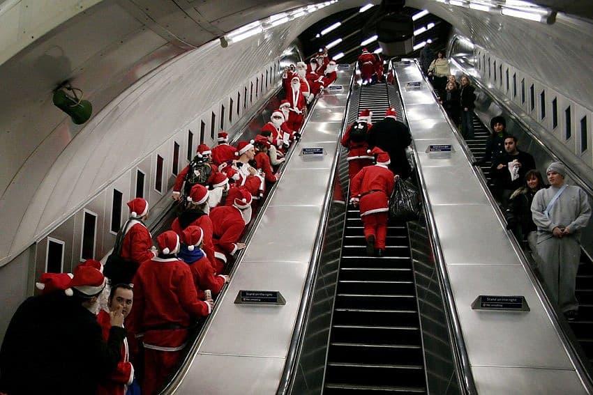 Тысячи человек встретили Новый год в метро Тысячи человек встретили Новый год в метро 3 5
