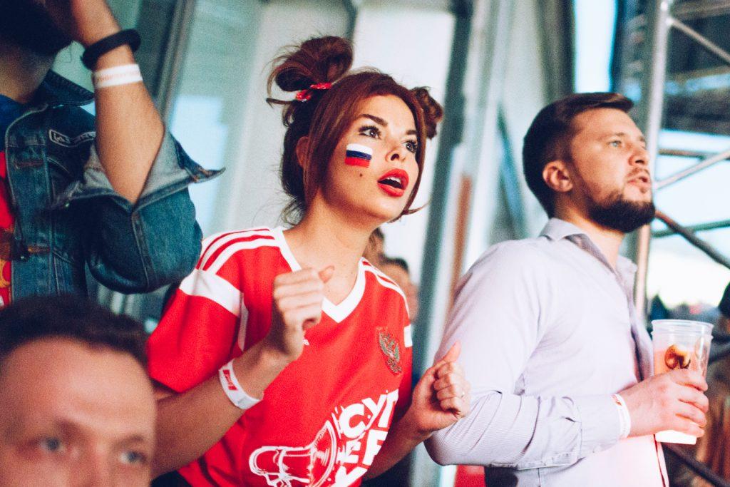 Россия – Хорватия Болельщики замерли в ожидании: просмотр футбольного матча «Россия – Хорватия» 18