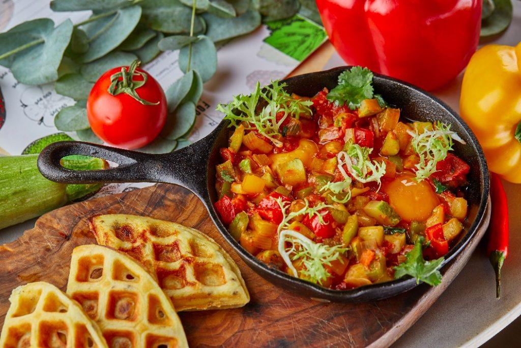 Шакшука с картофельными вафлями 450 руб food embassy Мировые завтраки в Food Embassy                                                             450         1024x683