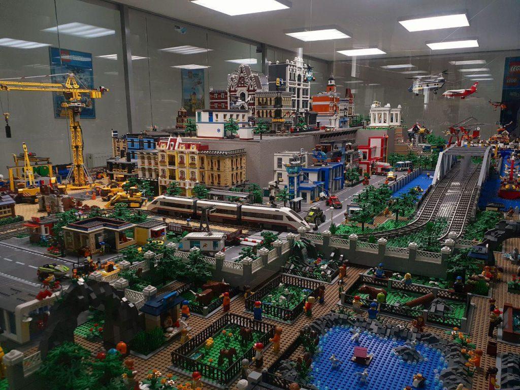 LEGO-город площадью 21 кв.м. имеет интерактивные элементы, т.е. город можно оживить одним касанием. Тут в восторг могут впасть даже взрослые Самородки России Выставка в Сокольниках «Частные музеи России. Самородки России» photo 2019 09 04 21 49 56 1024x768