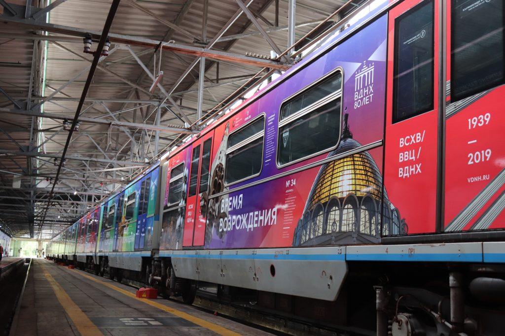 Тематический поезд «ВДНХ — 80 лет» Тематический поезд «ВДНХ — 80 лет» Тематический поезд «ВДНХ — 80 лет» появился в Московском метрополитене x DJsgJLLl0 1024x682